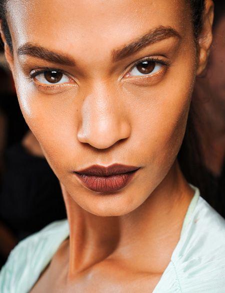 Suderinti su atspalviai - bordo išorėje ir bronzinis lūpų vidinėje pusėje.
