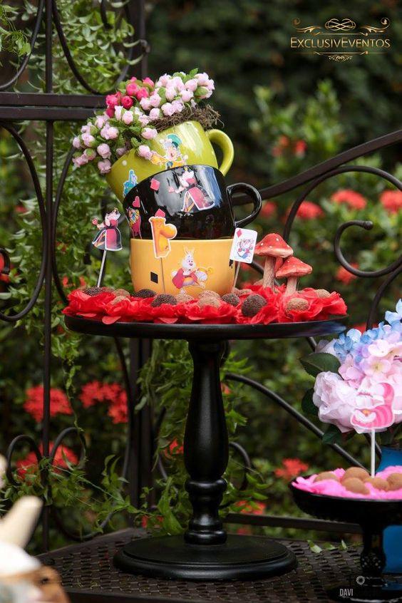Tema: Alice no jardim: Mini rosas em xícaras.