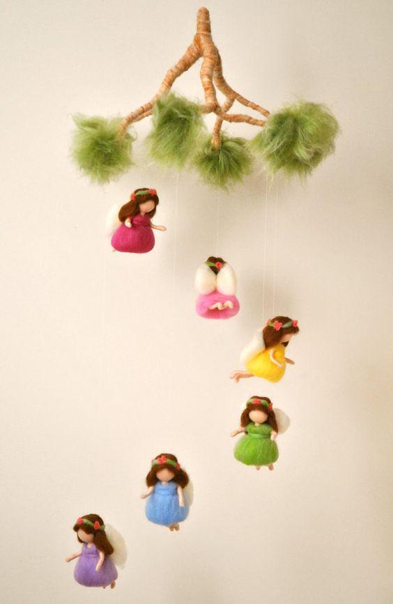Arco iris móvil Waldorf inspirado muñecas de fieltro de la aguja: las hadas del arco iris