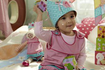 Bild: Kinderkleid mit Hose und Krone