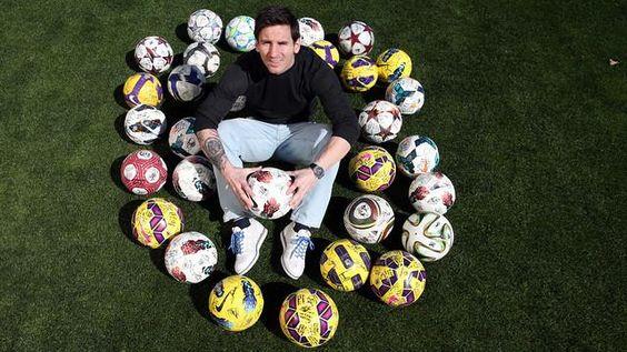 "Messi con sus balones de ""Hat-Tricks"""