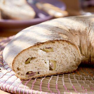 Ringbrot mit Oliven und Schafskäse