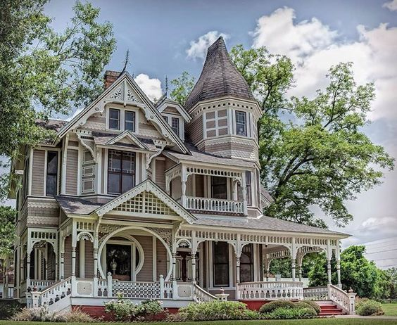 The downes aldrich house in crockett texas is an for Beautiful homes in houston