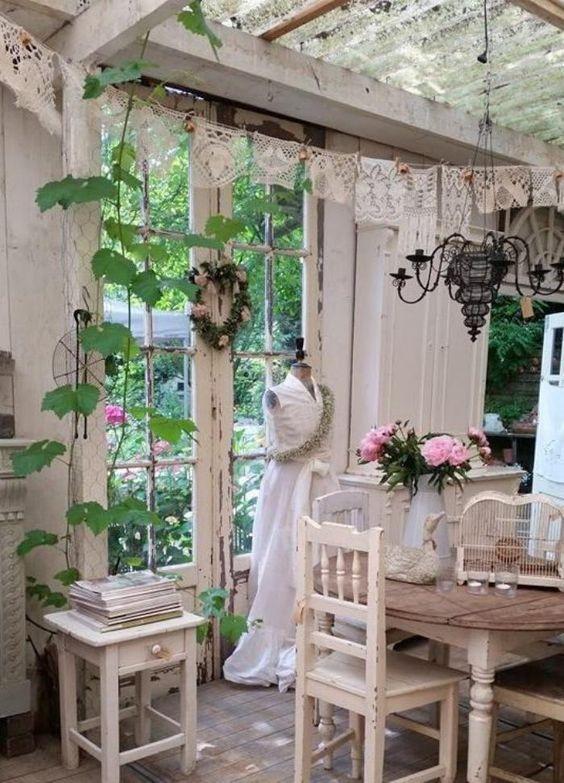 intérieur shabby de cabanon de jardin, douceur et luminosité