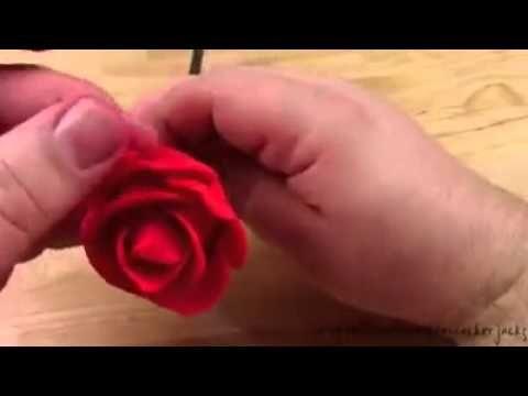 Fleurs de fraises...juste magnifique!! Notre recette de fraises enrobées au chocolat - YouTube choco strawberry roses