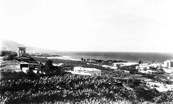 panorámica tomada desde la carretera antigua de entrada al Puerto de la Cruz en la década de los años cincuentas del siglo XX, Foto Fregel. Se puede ver a la izquerda, El Templete de Lomo Nieves