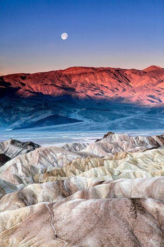 #USA Vallée de la Mort, dans le sud-est de la Californie, à la frontière du Nevada, cumule les records : c'est là, sur le site de Badwater, que se trouve le point le plus bas des Etats-Unis, à 85,5 mètres sous le niveau de la mer. Et c'est aussi dans la Vallée de la Mort qu'a été relevée la température la plus élevée au monde : 56,7°C !