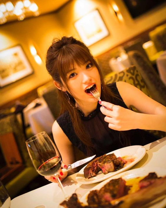 ステーキを食べる松村沙友理
