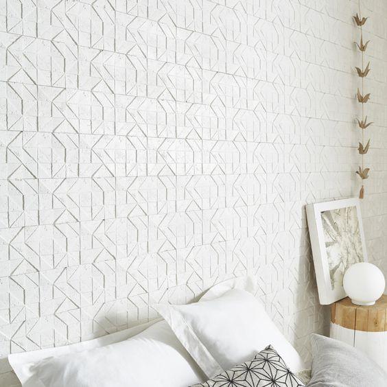 une chambre avec des plaquettes de parement bton travertin blanc motion ideedeco homedecor