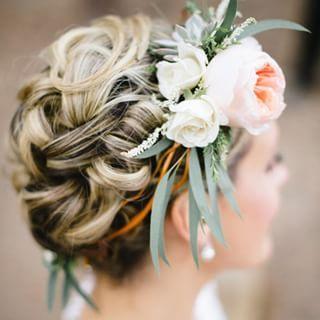 Inspiração para um lindo #penteado preso com grinalda de flores.  Inspiración para un lindo #peinado recogido con guirnalda de flores. #casarcasar #casamento #wedding #boda #noiva #novia #bride
