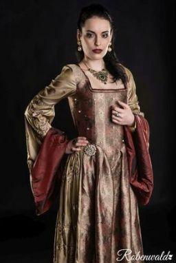 Leiht euch dieses prächtige Renaissance Kleid welches für die Serie 'Die Tudors' für Anne Boleyn entworfen worden ist jetzt auf WISHRENT für euer LARP oder  Cosplay Event Fotoshoot etc. hier: http://ift.tt/29vija4  Wir haben dieses tolle Kleid dem Larp Shop Robenwald vom Kostümverleih Event-Fashion Koch zu verdanken unserem neuesten Mitglied und neuen Kooperationspartner! Wir sind stolz darauf ihre authentischen und qualitätiv sehr hochwertigen Kostüme bei uns auf WISHRENT präsentieren zu…