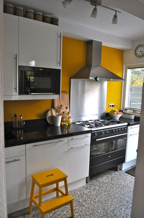 Witte Keuken Kleur Muur : Moderne witte keuken met gele muur na STIJLIDEE Interieuradvies en