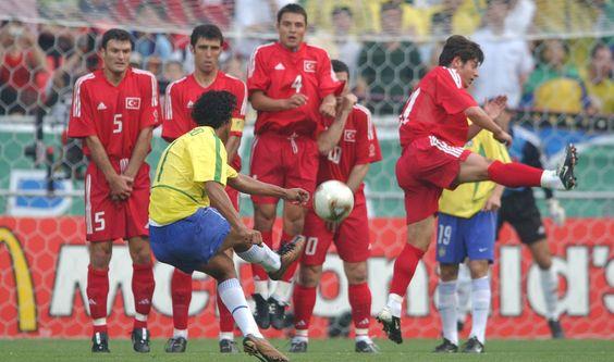 Ronaldinho Gaúcho bate falta contra a Turquia na Copa de 2002