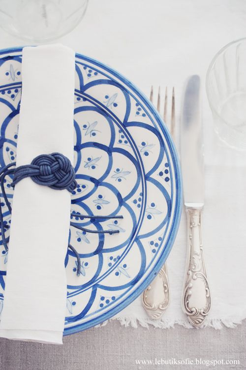 charming blue + white place settings for a spring or early summer wedding outdoors, just beautiful.