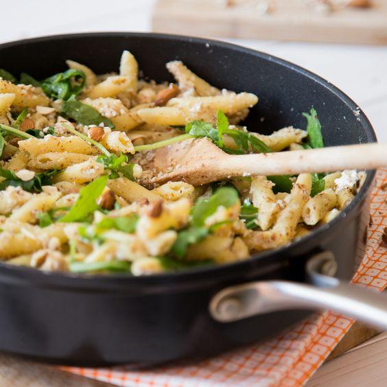 Ein richtiges easy-peasy Feierabend-Rezept. Du musst lediglich 2 Schalotten schnippeln, Nudeln kochen und alle weiteren Zutaten unterrühren.