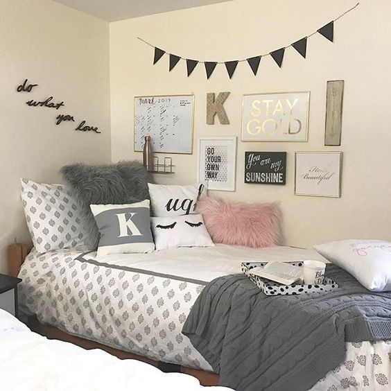 This girly and cozy dorm room decor is so cute!!