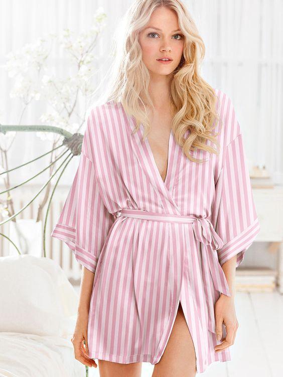 Les moments de détente deviennent glamour avec ce kimono Victoria's Secret. Voir…