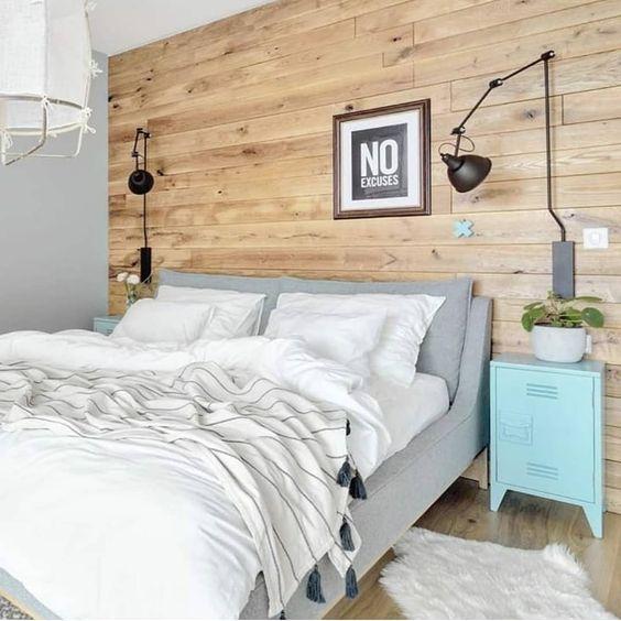 Quarto de casal com revestimento da parede em madeira de demolição ??. Font