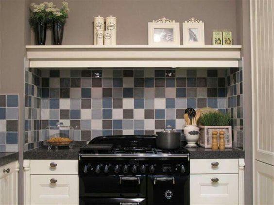 Een unieke spatwand in de keuken. hangevormde tegels, kleine ...