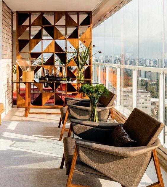 Terraço descolado com mobiliário sóbrio e painel vazado
