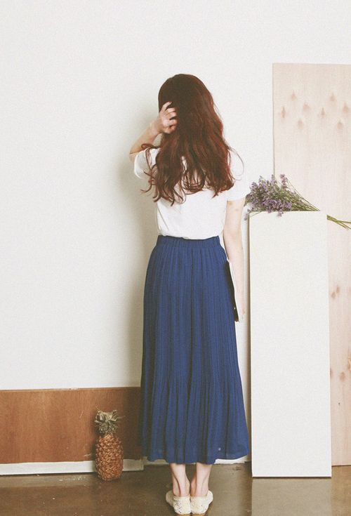 What a nice long skirt. Blue colour attract me!