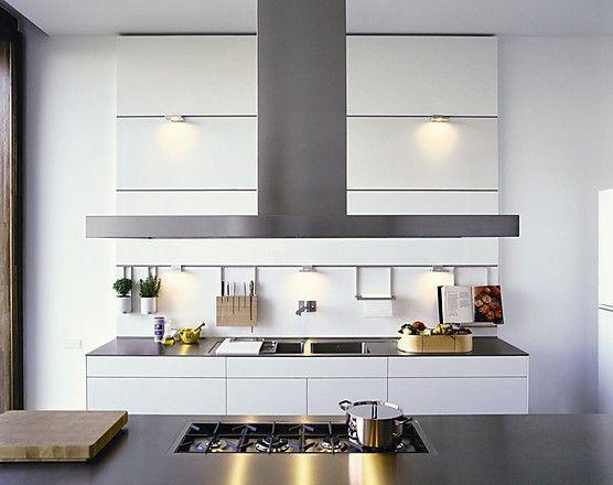 Grifflose Designküche b3 mit Insel in Weiß und Edelstahl (bulthaup - bulthaup küchen münchen