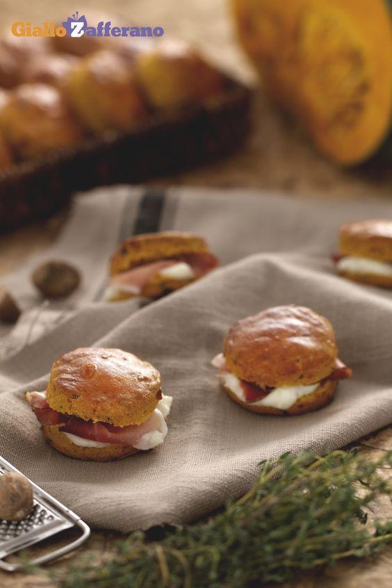 Gli #SCONES ALLA #ZUCCA sono un #fingerfood rivisitato per l'autunno, ripieno di formaggio e salumi. Qui la #ricetta: http://ricette.giallozafferano.it/Scones-alla-zucca.html  #GialloZafferano #italianrecipe