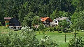 Na robu gozda v Lučah je turistična kmetija, kjer znajo veliko povedati o starih običajih. O njej preberite pod kategorijo turistične kmetije Savinjska, na spletni strani www.viaSlovenia.com