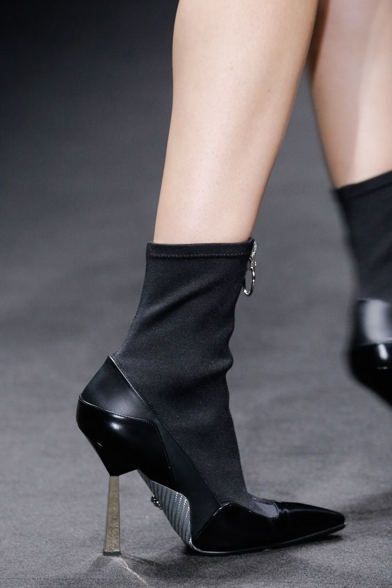 Versace Spring 2017 Menswear Fashion Show Details