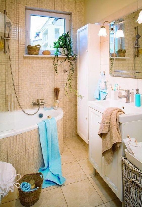 Kleine Badezimmer Tipps Eckbadewanne Beige Mosaik Fliesen Schränke ... Beiges Badezimmer