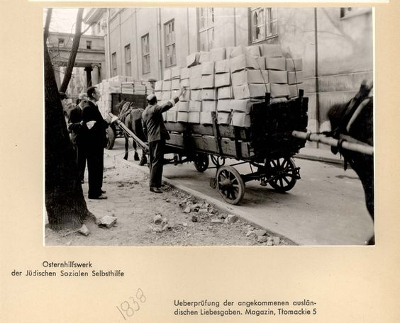 "Poland ,Warsaw, אחסון משלוחי מזון ברחוב Tlomackie מס' 5 ע""י ועדת הרווחה, Osternhilfswerk, של הארגון היהודי לסיוע עצמי."