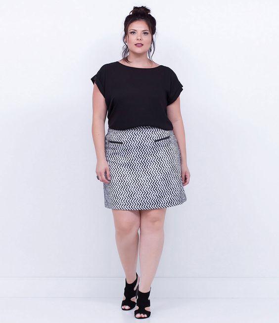 Saia feminina Curve Size  Com zíper  Marca: Ashua  Tecido: poliéster  Modelo veste tamanho: 50    Veja outras opções de produtos    Ashua.       Esta é uma marca de venda exclusiva  ONLINE.     Na Ashua, você encontra peças desenhadas especialmente para valorizar as suas curvas.Cada mulher tem seu estilo, seu corpo e sua forma de se sentir mais bonita. Umas chamam de Plus Size, mas nós preferimos Curve Size, porque acreditamos na força das curvas femininas.    Estamos disponíveis para atend...: