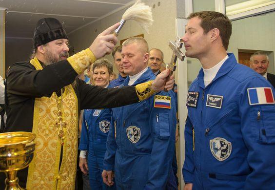 Le soutien spirituel de l'aumônier pour les cosmonautes de la Station spatiale (Photos + Vidéo - 1 min) 49885a414f5cb856f93fb3f13184eab7