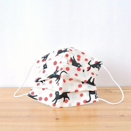 Cute black cat in polka dots!  TEMARIYA masks are all hand made with soft, skin-friendly double cotton gauze. It's three-dimentional cutting to fi...