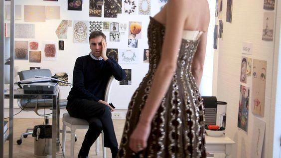 """""""Dior und ich"""": Ein Film wie Haute Couture - Auf wohltuende, überraschende Weise unterscheidet sich Frédéric Tchengs aktueller Kinofilm """"Dior und ich"""" von üblichen Mode-Dokus. Zur Filmkritik: http://www.nachrichten.at/freizeit/kino/filmrezensionen/Dior-und-ich-Ein-Film-wie-Haute-Couture;art12975,1962652 (Bild: Polyfilm)"""