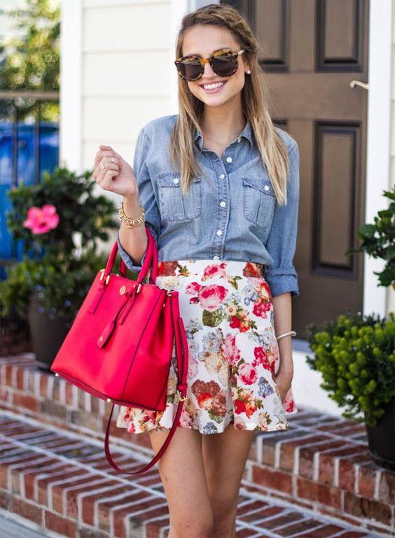Look romântico com camisa jeans e minissaia floral.: