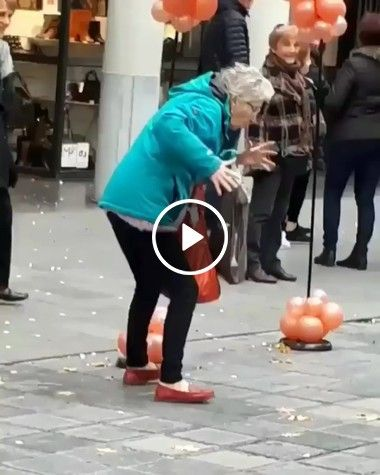 Vovozinha dançando na rua