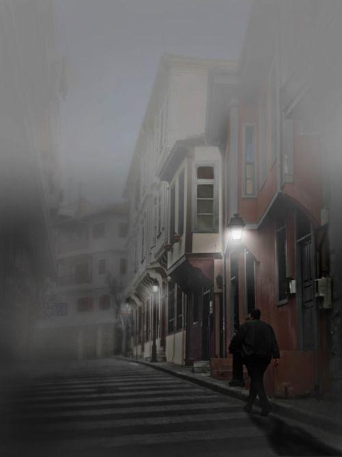 """"""" Σε συζητάν δίχως γιατί και όχι άδικα  όπως κοιμάσαι στα στενά παλιά λαδάδικα  έγινες φήμη και γι αυτό δε φυλακίζεσαι  ζεις στο σκοτάδι παστρικά μα δεν ορκίζεσαι  Λάμπεις στα κόκκινα σατέν που σε τυλίγουνε  άσπροι και σέρτικοι καπνοί σε καταπίνουνε  σε..."""