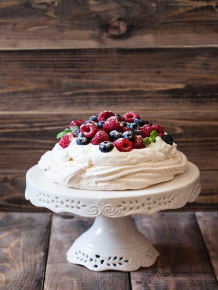 Außen knusprig und innen weich, mit einem Herz aus Sahne und Früchten - die Pavlova Torte ist unsere liebste Süßigkeiten an heißen Sommertagen.
