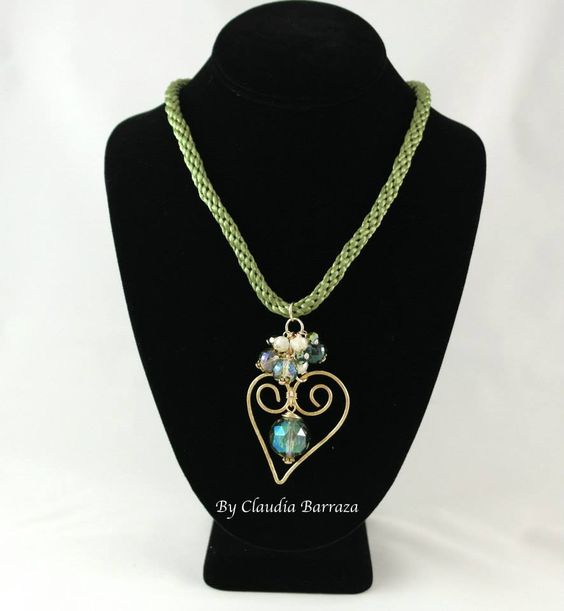 Collar de cordon verde, dije de corazon y cristales