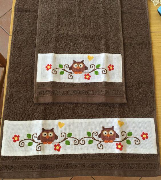 Coppia di asciugamani con fascetta ricamata a mano in punto croce,cucita a macchina