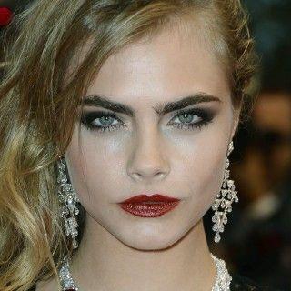 gorunway.com It-Model Cara Delevingne ist mit Make-up die Femme Fatale, ohne Make-up das nette Mädchen von nebenan.  Die dominanten Augenbrauen haben bei dem Model bei beiden Looks einen großen...