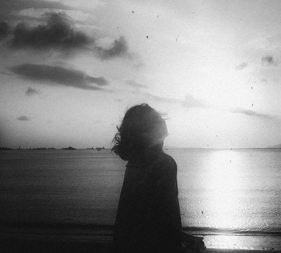 Mulher em frente ao oceano.