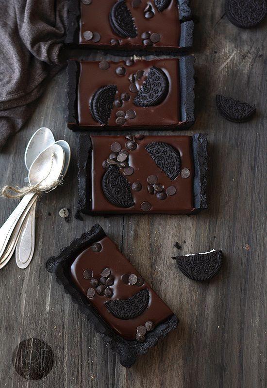 No bake Oreo taart ♥ Yummy!!    bodem:  300 g Oreo  100 g gesmolten boter  Vulling  200 ml slagroom  200 g puur chocolade  50 g boter  topping  5Oreo  50g chocolade chips   Maal oreos fijn mix met boter bedek bodem en zijkanten van de vorm ermee. Zet in vriezer  Kook room in een steelpan (tot aan de kookpunt), haal van vuur en voeg stukjes chocolade en boter. Laat paar min rusten,roer tot romige massa.  Giet over taartbodem,garneer met Oreo kruimels chocolade chips. Plaats in koelkast voor…