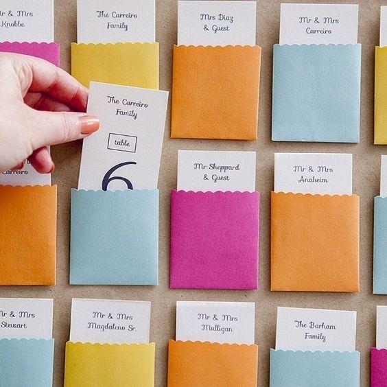 seating para una boda con sobres de colores
