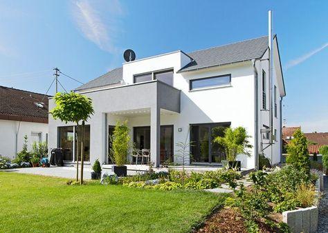 fehér színű családi ház, szürke oszlopokkal