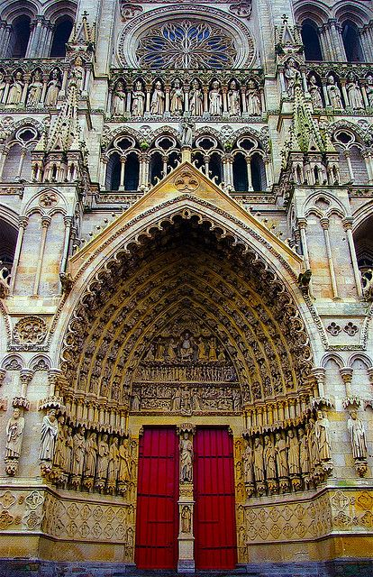 La grande porte  ...de l'extrêmement grande cathédrale d'Amiens. The west front was built between 1220 and 1236.