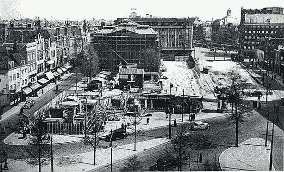 Op de volgende foto is alles rechts van het Schielandshuis verdwenen en de doorgang vanaf de Noordblaak krijgt de naam Van Hogendorpstraat, tot 1942, want toen werd deze naam weer ingetrokken. We hebben nu wel een mooier zicht op de Wolfshoek met de Lutherse Kerk met koperen dak en visueel ernaast de oude Van Nelle fabriek