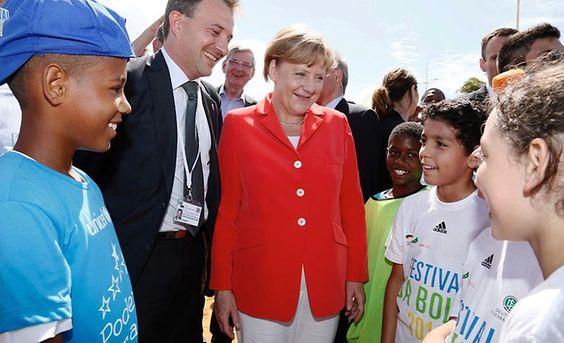 merkel kinderschutz | Angela Merkel im Gespräch mit Kindern beim…