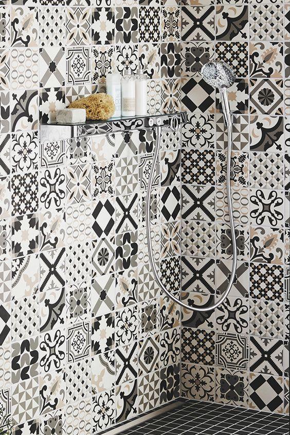Incroyable Douche A L Italienne En Carreaux De Ciment Motif Noir Et Blanc Et Sol Mosaique En Ceramique Salle De Bain Carreau De Ciment Douche Douche Italienne